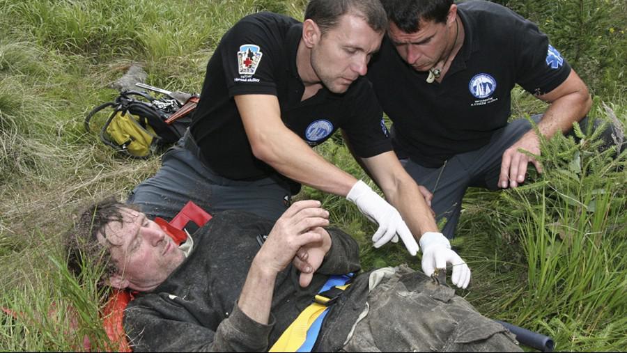 Ošetřování zraněného dřevorubce