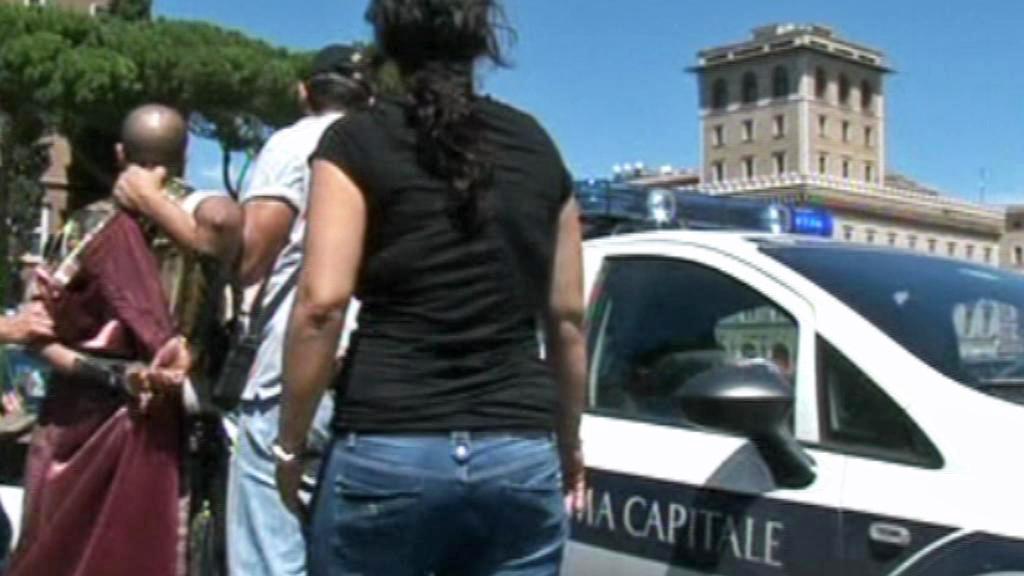 Římští policisté zatýkají falešné gladiátory