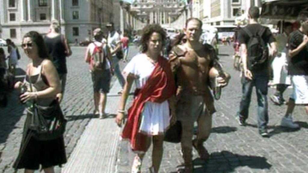 Kostýmovaní Římané v ulicích italské metropole