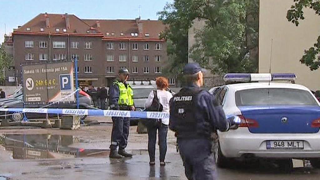 Estonská policie před ministerstvem obrany