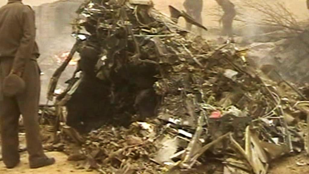 Trosky vrtulníku, v nichž našlo smrt 38 lidí