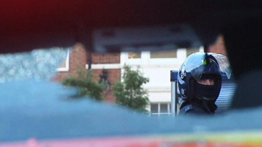 Rozbité policejní auto po londýnských nepokojích
