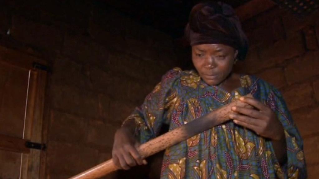 Žehlení prsou železnou tyčí