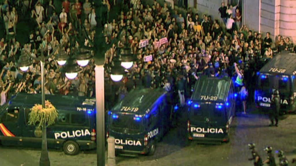 Španělská policie a demonstranti na náměstí Puerta del Sol