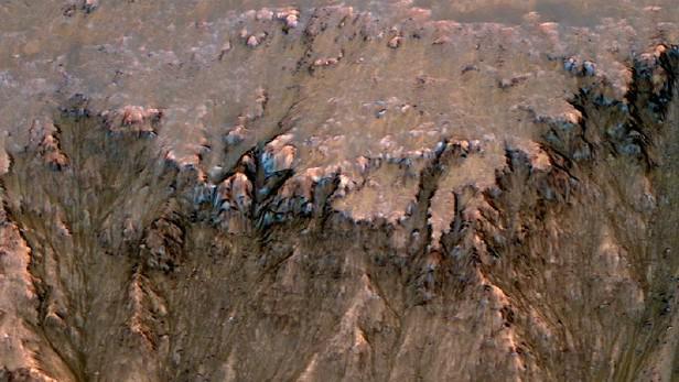Stopy tekoucí vody na Marsu pořízené sondou MRO