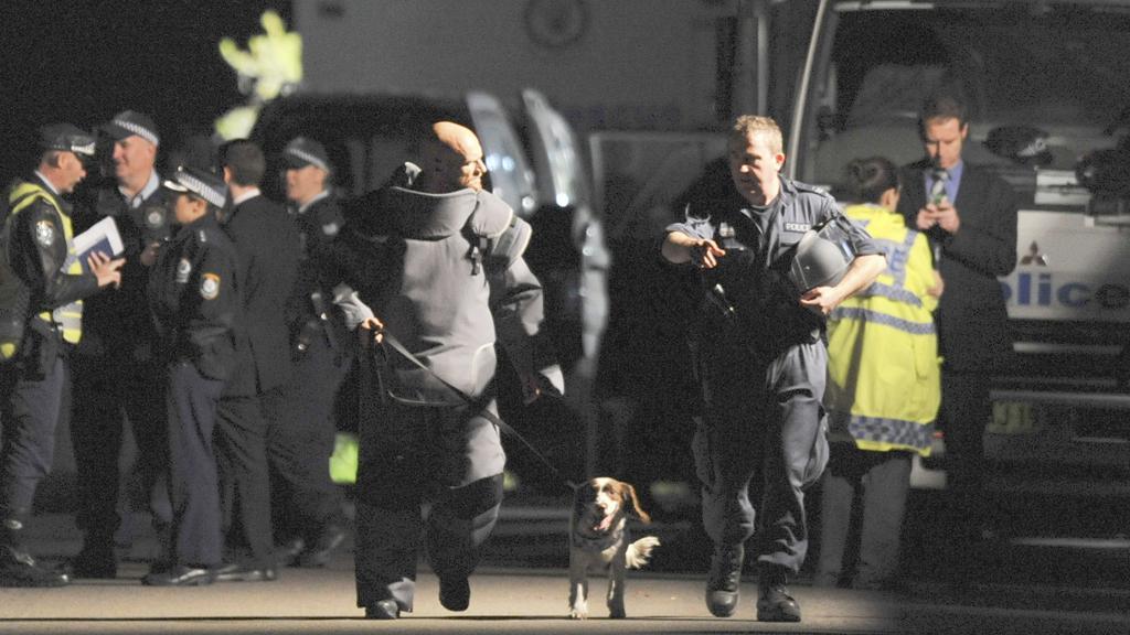 Pyrotechnici odstraňovali údajnou bombu z krku Australanky celkem deset hodin