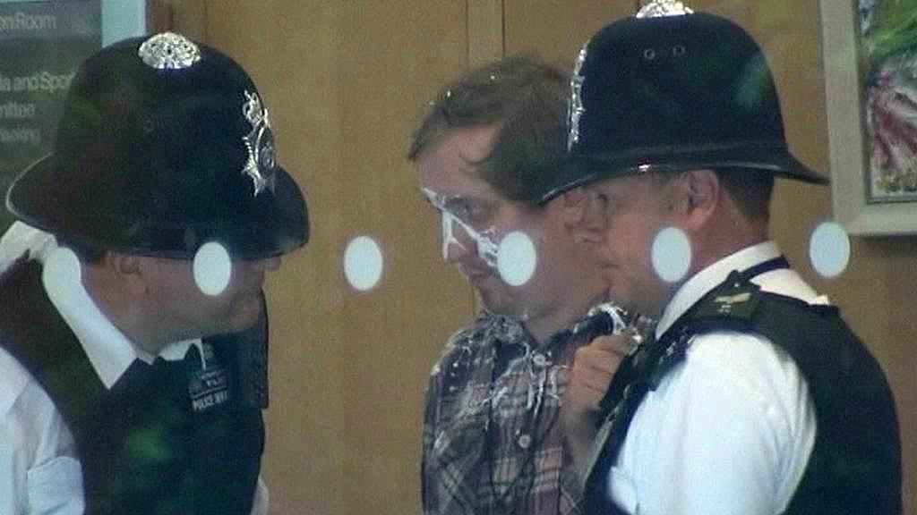 Jonathan May-Bowles zaútočil na Murdocha pěnou