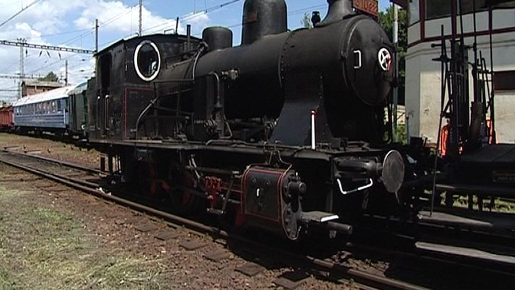 Vykolejená parní lokomotiva