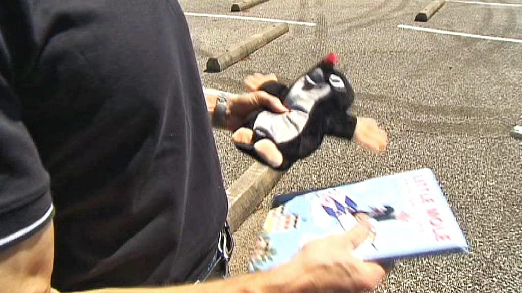 Drew Feustel s figurkou Krtka a knížkou Krtek a raketa