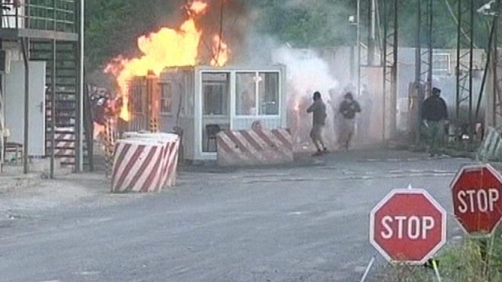 Hořící stanoviště kosovských celníků