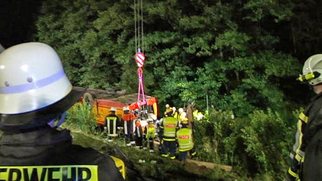 Němečtí záchranáři vyprošťují český autobus u Schwarzenfeldu