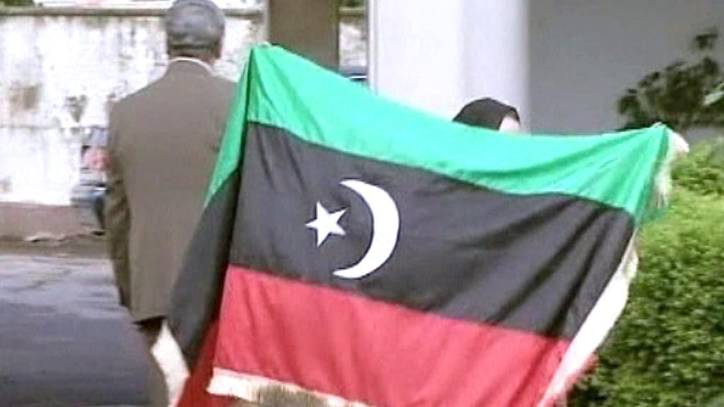 Vztyčení vlajky rebelů na libyjském velvyslanectví v Sofii