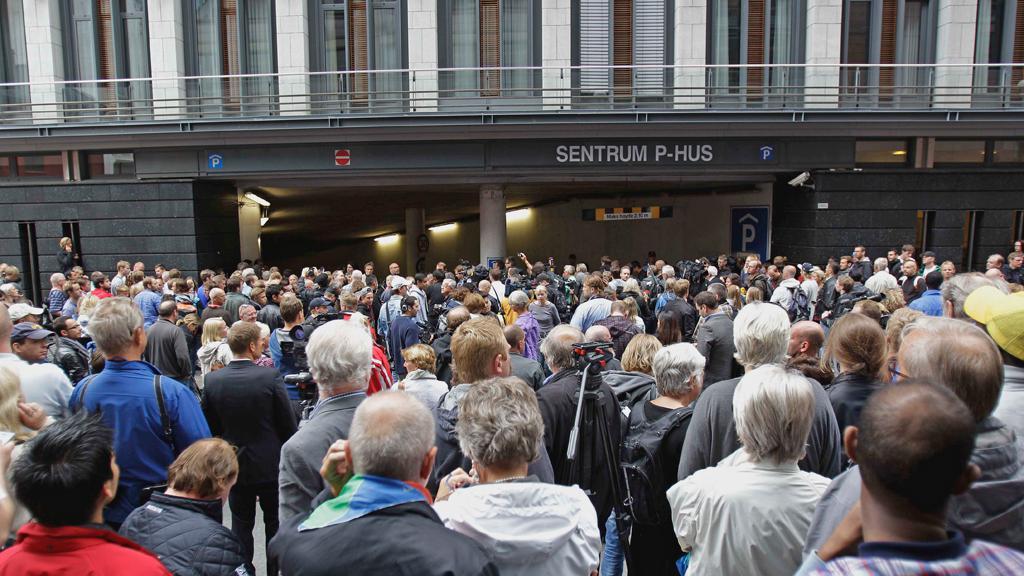 Dav před budovou městského soudu v Oslu
