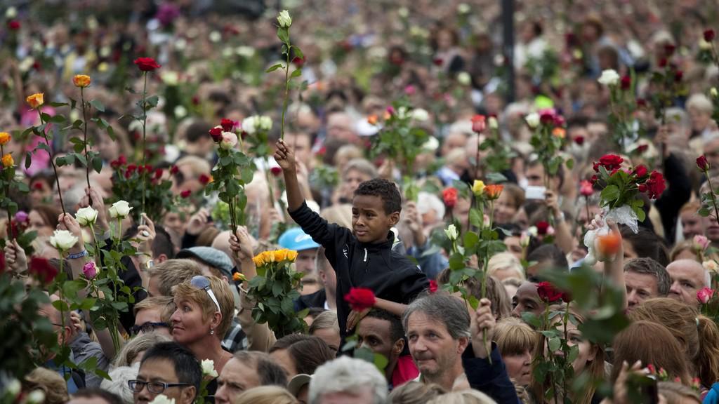 V Oslu se sešlo na sto tisíc lidí k uctění obětí tragédie