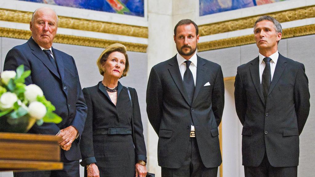 Norská královská rodina a premiér při podpisu kondolenčních listin