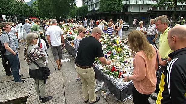 Uctění obětí atentátníka v Oslu