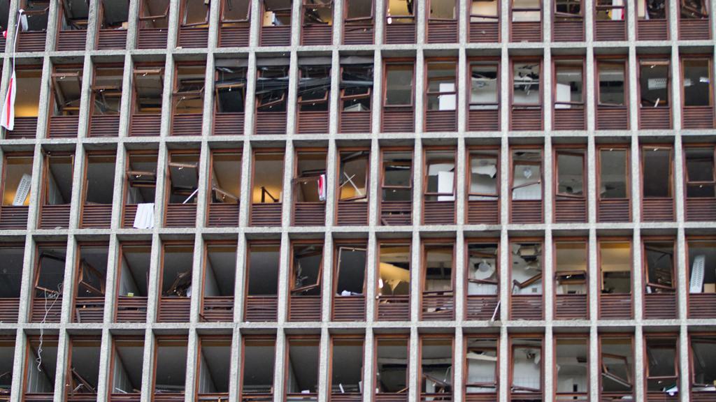 Rozbitá okna vládní budovy v Oslu