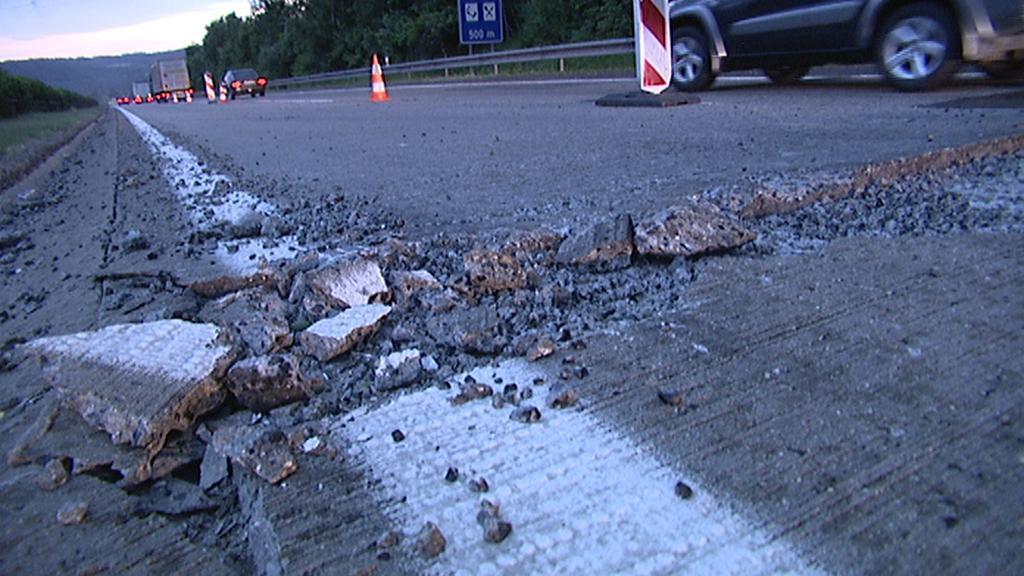 Poškozený povrch dálnice