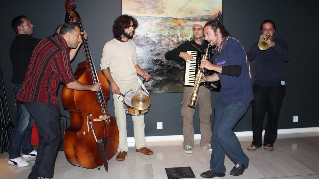 Část kapely The No Smoking Orchestra při vernisáži v Galerii Dea Orch
