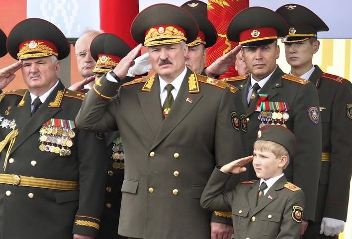 Prezident Lukašenko (uprostřed) na vojenské přehlídce