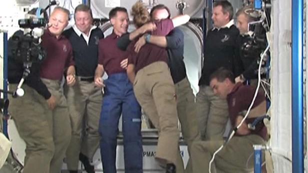 Astronauti z Atlantisu se loučí s osádkou ISS