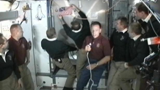 Astronauti z Atlantisu nechali na ISS americkou vlajku
