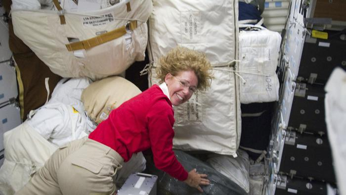 Na ISS přivezl Atlantis tuny zásob, které teď posádka vykládá
