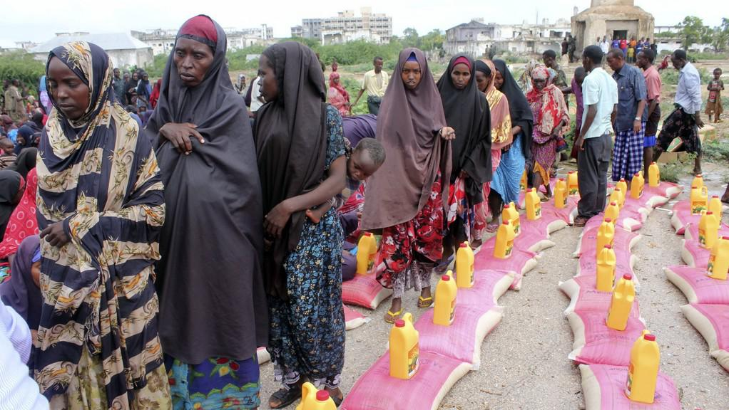 Somálci čekají na příděl potravin