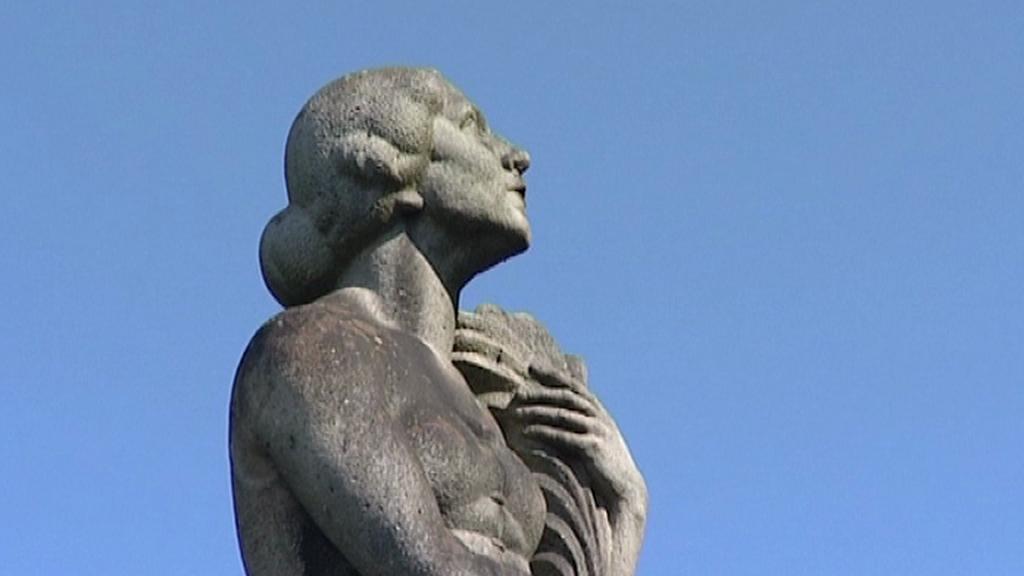 Socha na vrcholu pomníku u Hrdějovic