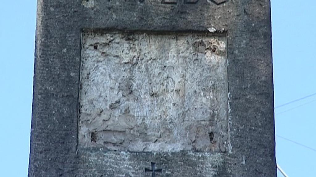 Poničený pomník letcům u Hrdějovic