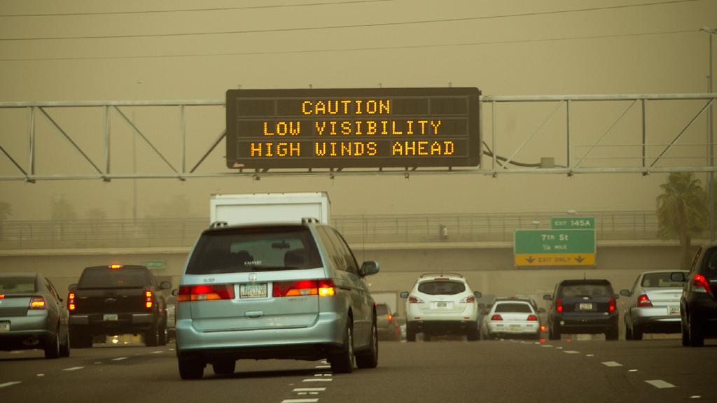 Špatná viditelnost při písečné bouři ve Phoenixu
