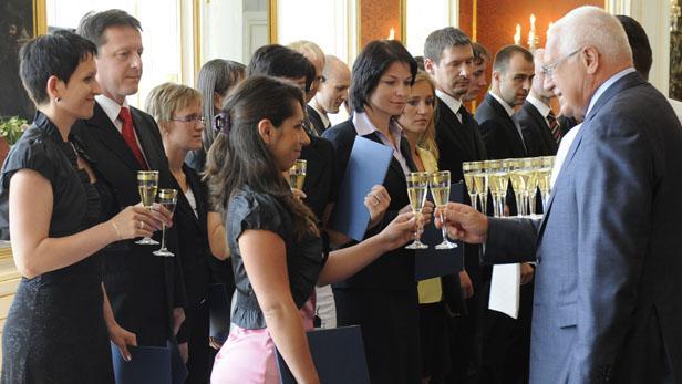 Prezident Václav Klaus jmenoval na Pražském hradě 18 nových soudců obecných soudů
