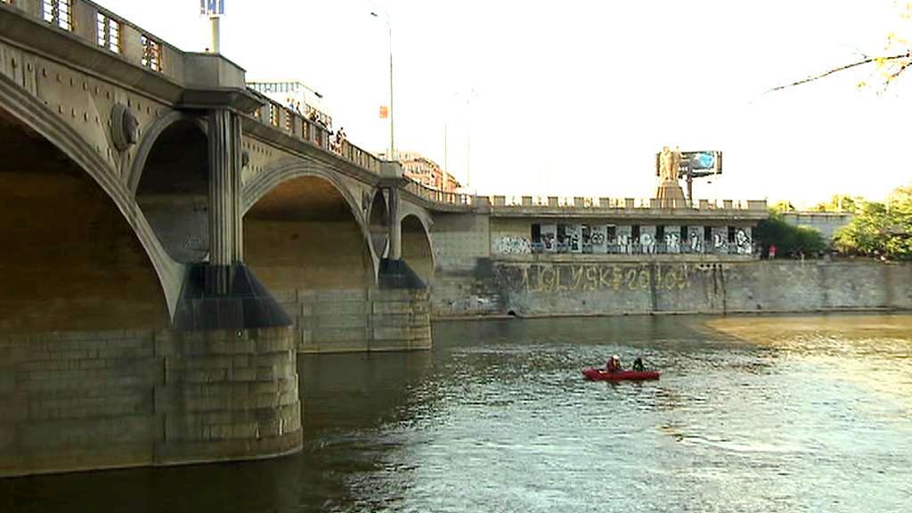 Z Hlávkova mostu spadlo kvůli nehodě auto