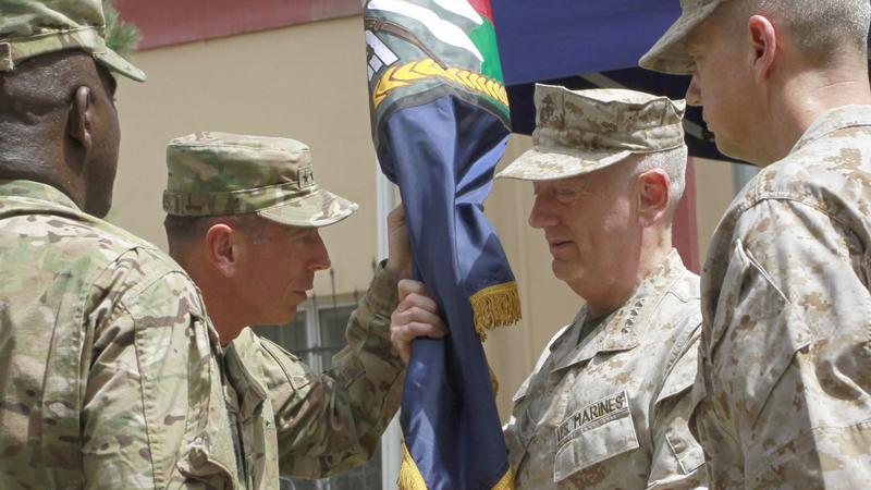 David Petraeus předává velení v Afghánistánu Johnu Allenovi