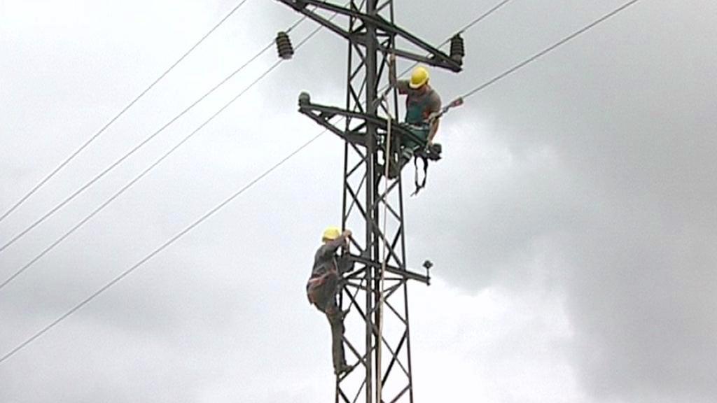 Energetici opravují sloupy vysokého napětí