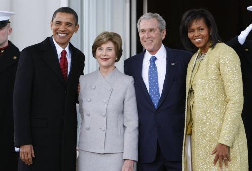 Obamovi a Bushovi před Bílým domem