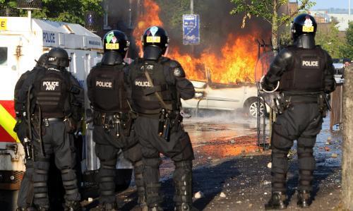 Protestující házeli na auta benzínové bomby