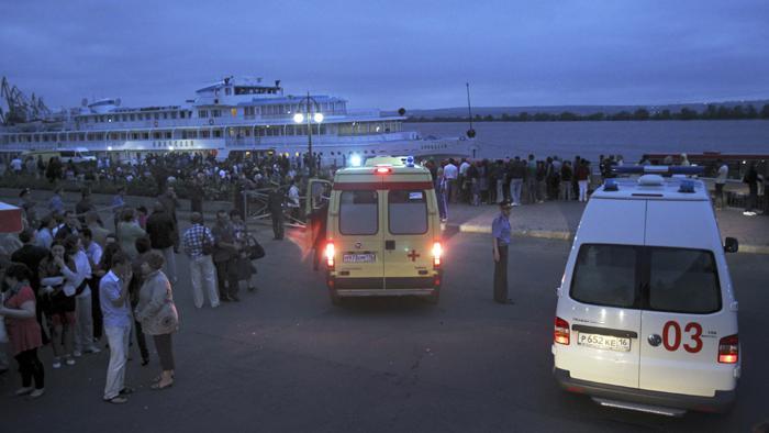 Příbuzní cestujících z lodi Bulgaria a záchranáři na břehu Volhy