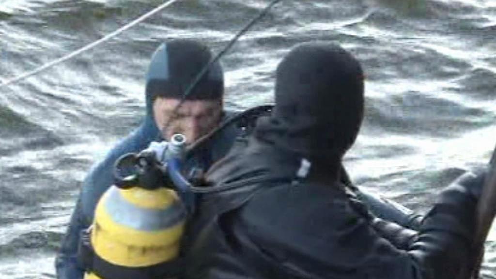 Potápěči pátrají po cestujících z potopeného parníku