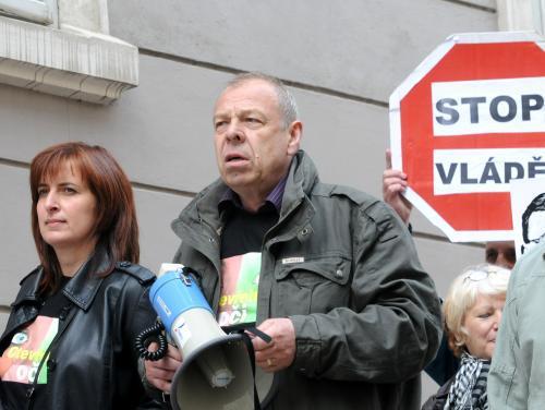 Jaroslav Zavadil protestuje před sněmovnou