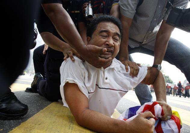 Zatčený demonstrant