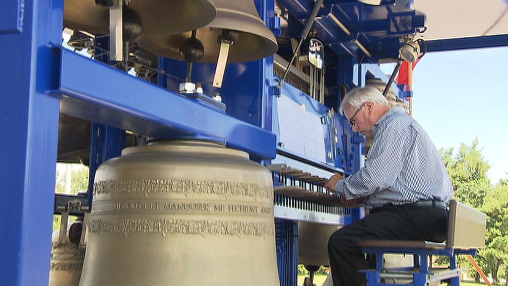 Carillonér při hře na zvonohru