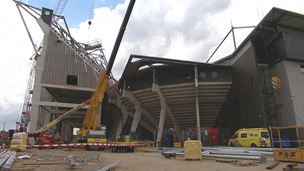 Zřícená střecha stadionu v Enschede