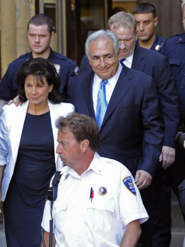 Dominique Strauss-Kahn opouští s úsměvem soudní budovu