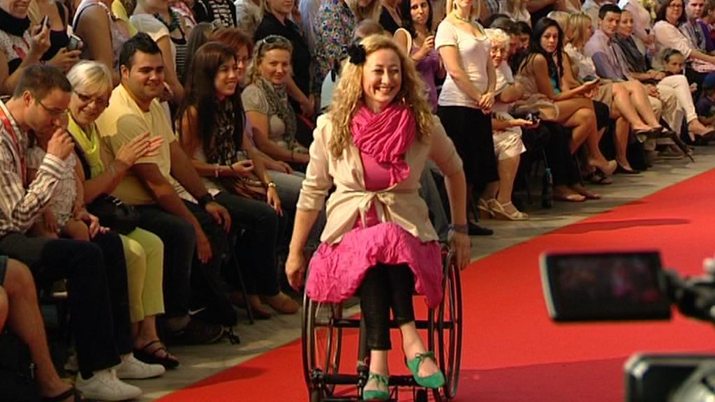 Modelka vozíčkářka při přehlídce