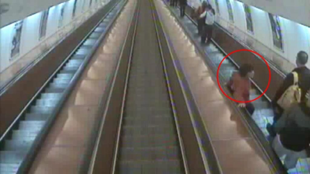 Chlapec na eskalátoru