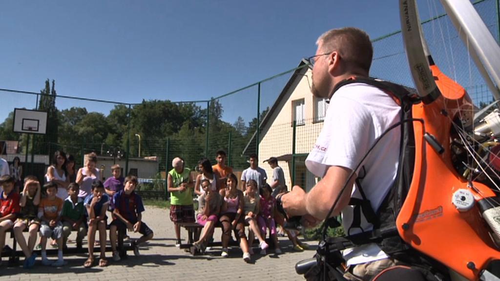 Paraglidista Oros s dětmi