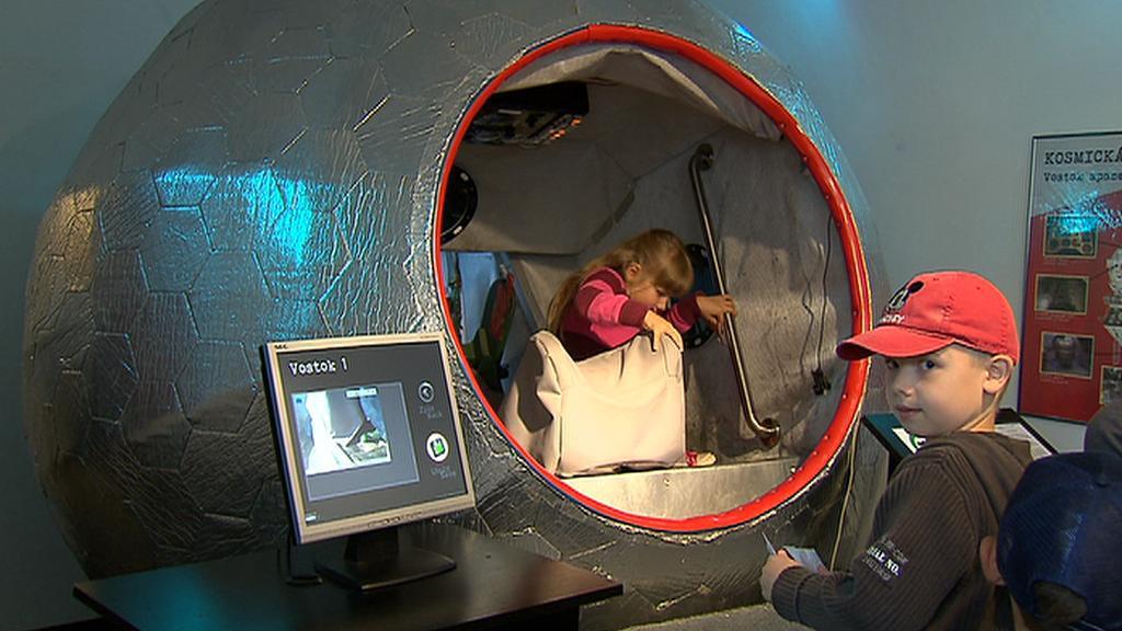 Děti zkoušejí model kabiny  kosmické lodi