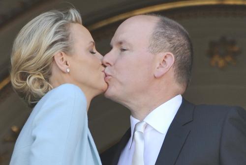 Kníže Albert políbil před poddanými svou novomanželku Charlene
