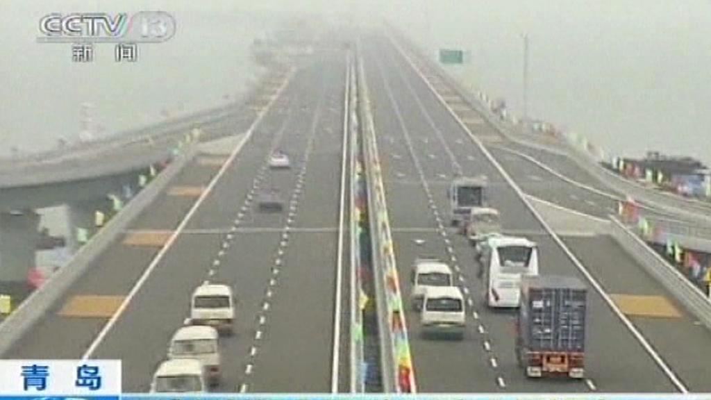 Čína otevřela nejdelší most světa nad vodou
